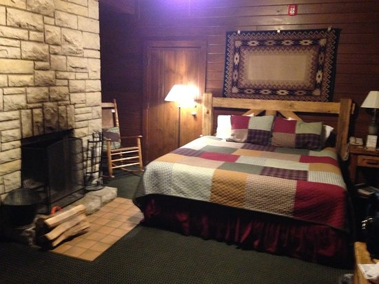 a king cabin room on the sunset side beware the connecting Starved Rock Lodge Cabins