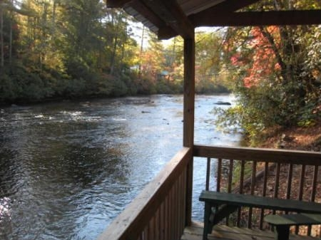 the riverwatch retreat rental cabin sits directly on the Toccoa River Cabins