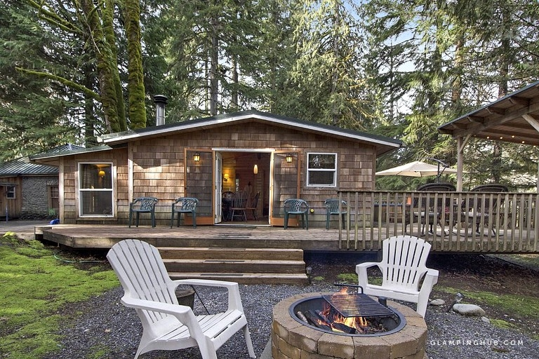 perfectly situated cabin rental with hot tub near stevens pass ski resort Stevens Pass Cabins