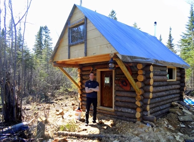 man builds tiny log cabin for 500 Tiny Log Cabins