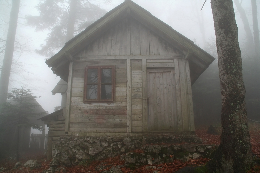 7 scary movies that take place in a cabin cottage life Cabin Vs Cottage Vs Hut