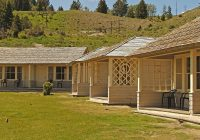 mammoth hot springs hotel cabins 01 Mammoth Hot Springs Hotel & Cabins